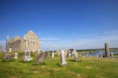 Catedral de Clonmacnoise con las cruces y los sepulcros típicos foto de archivo