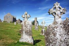 Catedral de Clonmacnoise con las cruces y los sepulcros típicos imagen de archivo