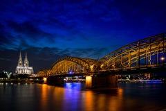 Catedral de Colónia e ponte hohenzollern Imagens de Stock Royalty Free