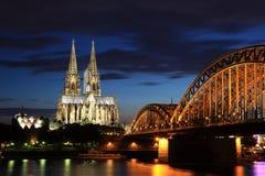Catedral de Colónia em a noite Imagens de Stock Royalty Free