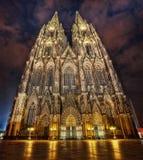 Catedral de Colónia na noite fotos de stock royalty free