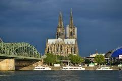 Catedral de Colonia debajo del cielo tempestuoso foto de archivo libre de regalías