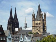 Catedral de Colonia e iglesia gruesa de San Martín Fotos de archivo libres de regalías