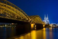 Catedral de Colonia y puente de Hohenzollern Foto de archivo