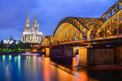 Catedral de Colonia y puente de Hohenzollern, Alemania Foto de archivo