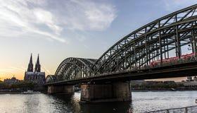 Catedral de Colonia y puente de Hohenzollern en la noche foto de archivo libre de regalías