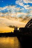Catedral de Colonia y puente hohenzollern en la puesta del sol fotos de archivo libres de regalías
