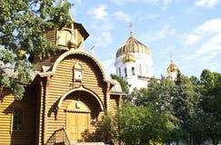 Catedral de Cristo el salvador y la iglesia de madera D imagen de archivo libre de regalías