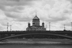 A catedral de Cristo o salvador e o Bolshoy Kamenny constrói uma ponte sobre Moscovo, Rússia Fotos de Stock