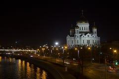 A catedral de Cristo o salvador na noite Moscou e ponte patriarcal em iluminações da noite Fotografia de Stock Royalty Free