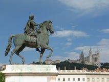 Catedral de desatención de la estatua de bronce antigua Fotos de archivo libres de regalías