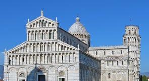 A catedral de di Pisa do domo de Pisa com a torre inclinada de di Pisa de Pisa Torre no dei Miracoli da praça imagem de stock