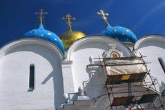 Catedral de Dormition en la trinidad Sergius Lavra bajo renovación Imágenes de archivo libres de regalías