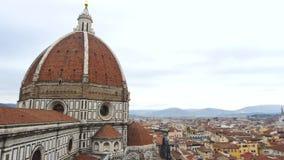 Catedral de Florencia panorámica de izquierdo a la derecha en día nublado almacen de metraje de vídeo