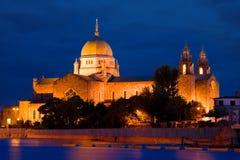 Catedral de Galway iluminada en la noche foto de archivo libre de regalías