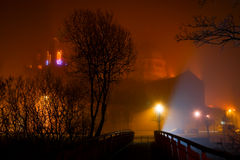 Catedral de Galway que desaparece en la niebla del invierno de la noche Fotografía de archivo