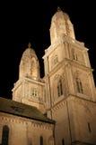 Catedral de Grossmunster en la noche fotos de archivo
