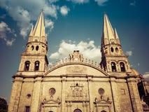 Catedral de Guadalajara e um céu azul nebuloso em México imagens de stock royalty free