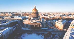 A catedral de Isaac de Saint, Isaakievskiy Sobor da opinião do pássaro Templo antigo, arquitetura na cidade do inverno zangão 4K vídeos de arquivo