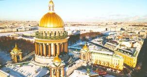 A catedral de Isaac de Saint, Isaakievskiy Sobor da opinião do pássaro Templo antigo, arquitetura na cidade do inverno zangão 4K video estoque