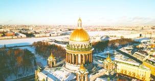 A catedral de Isaac de Saint, Isaakievskiy Sobor da opinião do pássaro Templo antigo, arquitetura na cidade do inverno zangão 4K filme