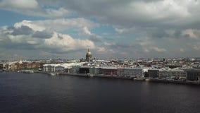 A catedral de Isaac de Saint de um outro lado do rio Metragem a?rea Voo acima vídeos de arquivo