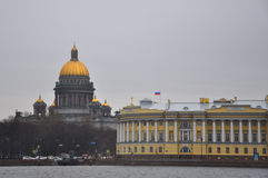 Catedral de Isakiyevsky e construção do Senado e do sínodo em St Petersburg, Rússia Fotografia de Stock