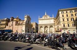 Catedral de Itália do 'trotinette' da motocicleta da área de Roma Fotografia de Stock Royalty Free