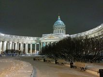 Catedral de Kazán iluminada rodeada por la nieve en St Petersburg, Rusia Opinión del invierno de la noche imagenes de archivo