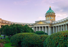 A catedral de Kazan em St Petersburg, Rússia e Kazan esquadram com as árvores verdes do parque no primeiro plano - opinião da arq Fotos de Stock Royalty Free