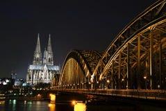 Catedral de Koln y puente ferroviario Fotos de archivo libres de regalías