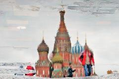 Catedral de la albahaca del santo en Moscú, Rusia Reflexión abstracta del agua Imagenes de archivo