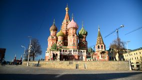 Catedral de la albahaca del St en Plaza Roja en Moscú, Rusia almacen de metraje de vídeo