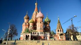 Catedral de la albahaca del St en Plaza Roja en Moscú, Rusia almacen de video