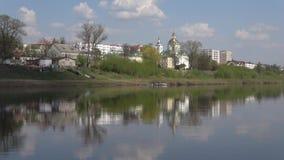Catedral de la epifanía en los bancos del río occidental de Dvina Polotsk, Bielorrusia almacen de metraje de vídeo