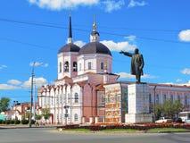 Catedral de la epifanía y una estatua de Lenin en Tomsk, Rusia imagenes de archivo