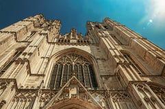 Catedral de la fachada gótica de San Miguel y del St Gudula en un día soleado en Bruselas Foto de archivo libre de regalías