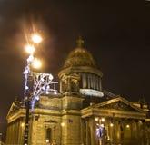 Catedral de la guirnalda del santo Isaac y de la Navidad en la lámpara de calle, S Imagen de archivo libre de regalías