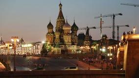 Catedral de la intercesión de la mayoría del Theotokos santo en la fosa (templo de la albahaca bendecido) en la noche, Plaza Roja almacen de metraje de vídeo