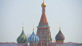 Catedral de la intercesión de la Virgen Santa, en la catedral del ` s de la albahaca del St de la fosa en Moscú, Rusia almacen de metraje de vídeo