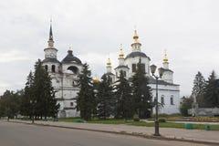 Catedral de la suposición de la Virgen María bendecida en la catedral Dvorishche por la mañana del verano en Veliky Ustyug Fotos de archivo