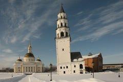 Catedral de la transfiguración y la torre inclinada. Nevyansk Imagenes de archivo