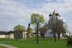 Catedral de la trinidad del Kremlin en Pskov foto de archivo