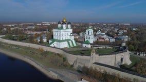 Catedral de la trinidad, vídeo aéreo del otoño Pskov Kremlin