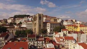 Catedral de Lisboa en el día soleado y parte histórica opinión aérea de Lisboa, Portugal metrajes