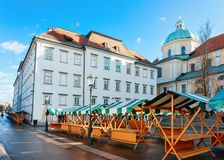 Catedral de Ljubljana e arquitetura da cidade do mercado de rua velho da cidade foto de stock