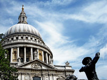 Catedral de Londres de Saint Paul e do céu azul fotos de stock royalty free