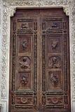 Catedral de madera tallada Florencia de Santa Croce de la puerta Imagenes de archivo