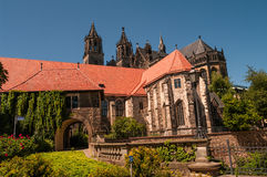 Catedral de Magdeburgo no rio Elbe, Alemanha Fotografia de Stock Royalty Free