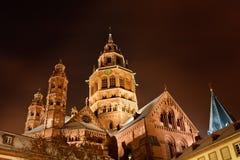 Catedral de Maguncia (Dom de Mainzer) el la noche de un invierno Foto de archivo